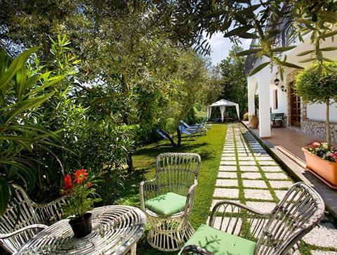 Vuoi tenere un giardino in ordine ecco come fare tutto for Costruire un garage su un terreno in pendenza