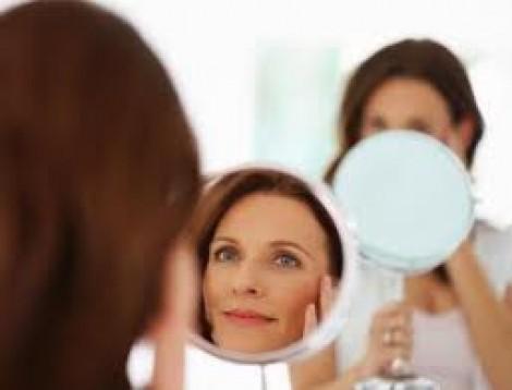 Il 50 delle donne non si piace se si guarda allo specchio tutto per lei - Ragazze nude allo specchio ...
