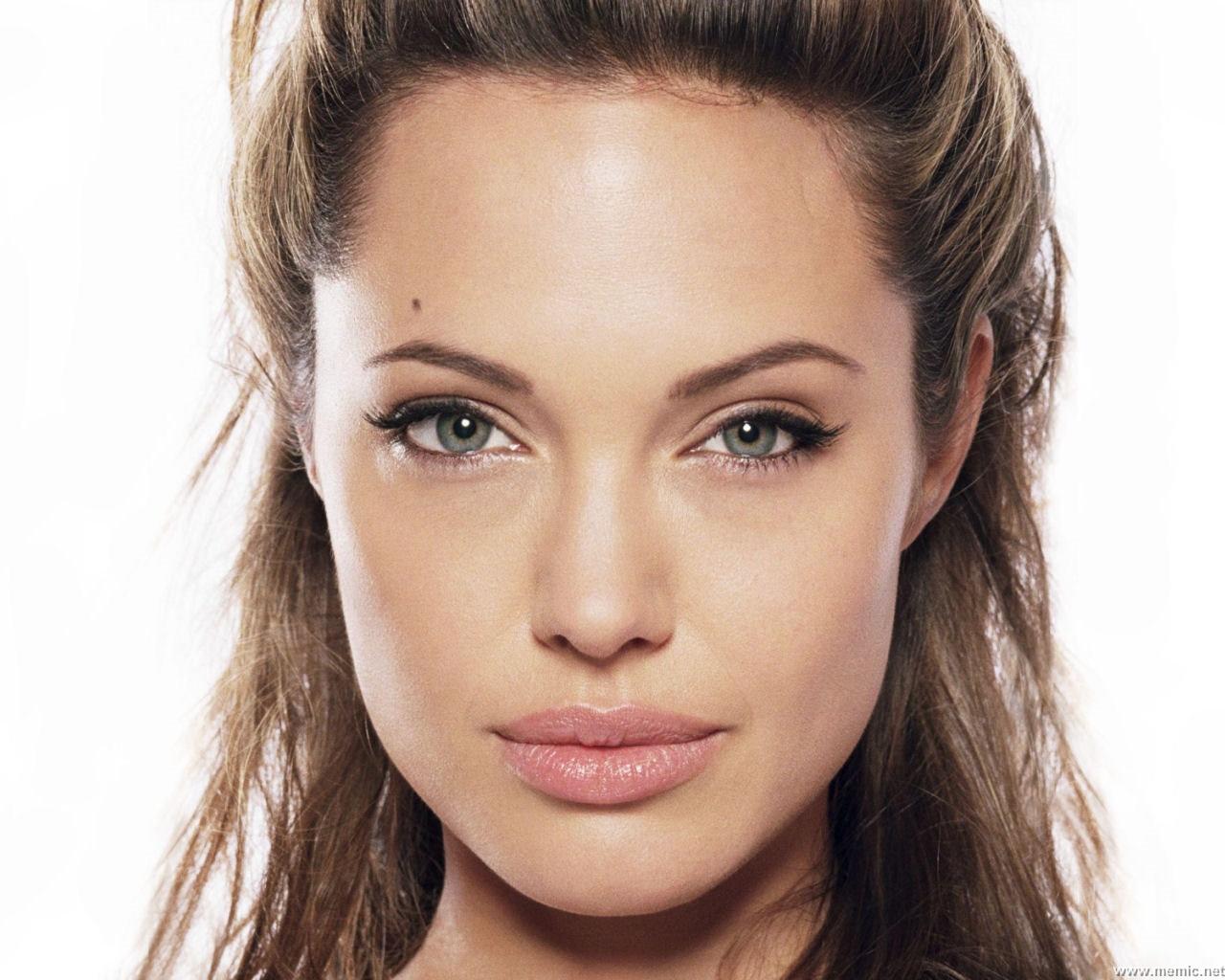 Angelina Jolie in veste di regista, lavorerà con i fratelli Coen nella realizzazione di un nuovo film ambientato nella Seconda Guerra Mondiale ed ispirato a ... - angelina-jolie-regista