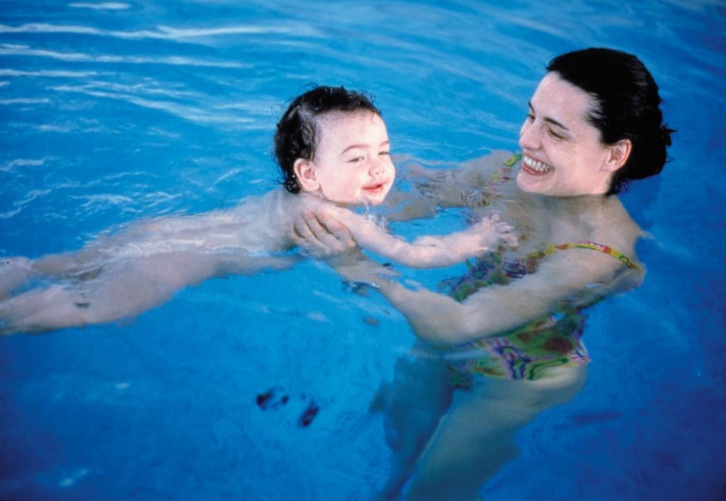 Bambini e nuoto tutto per lei - Corsi piscina neonati ...