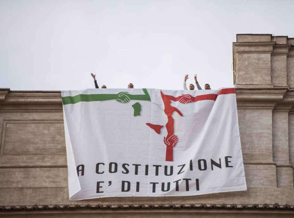 Dodici deputati del m5s protestano dal tetto di for Deputati cinque stelle