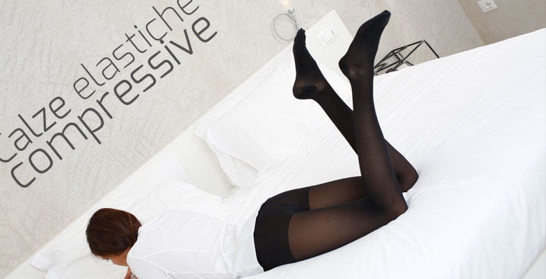 Calze nere con motivi in nylon lunghezza al polpaccio...