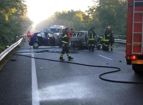 Incidenti stradali: frontale tra auto,tre morti carbonizzati