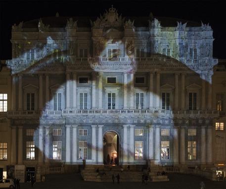 Installazione sulla facciata di Palazzo Ducale a Genova