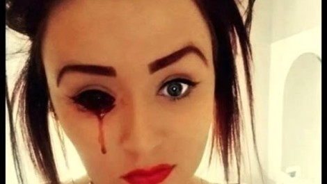 ragazza che piange sangue