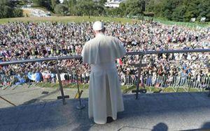 Papa francesco giovani lasciate un impronta nel mondo - Papa francesco divano ...