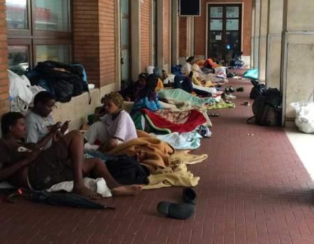 stazione di como occupata da migranti