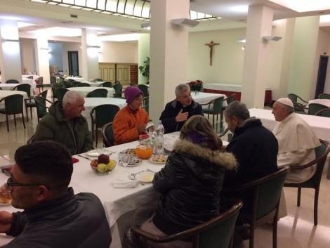 papa francesco colazione con i senzatetto