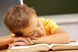 bambini che dormono il pomeriggio